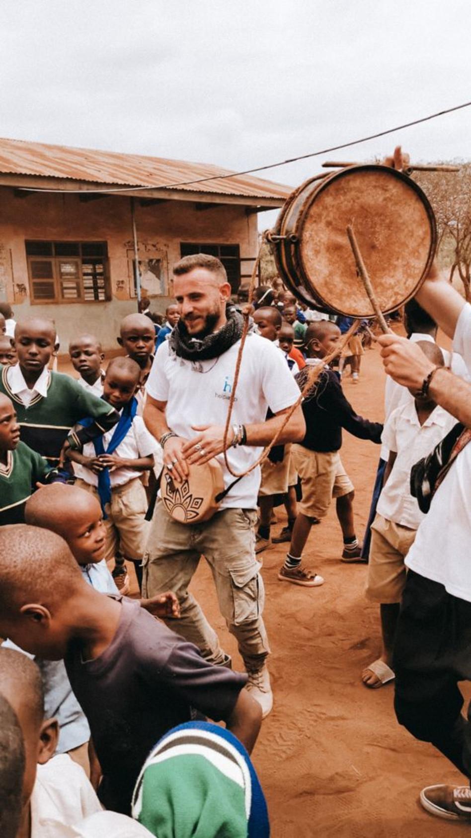 באפריקה. אסיף אלקיים (צילום: אינסטגרם)
