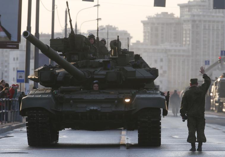בדרך לטהראן? טנק רוסי מדגם T-90. צילום: רויטרס