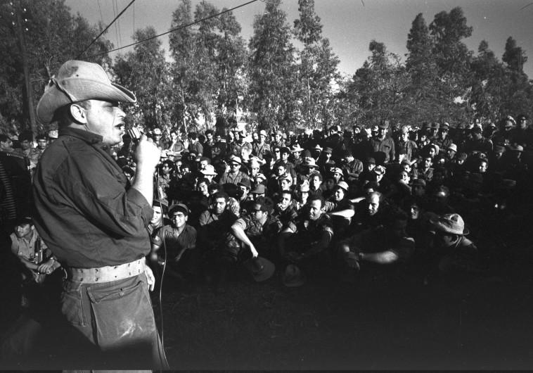 אריק לביא מופיע בפני חיילים בתקופת ההמתנה למלחמה