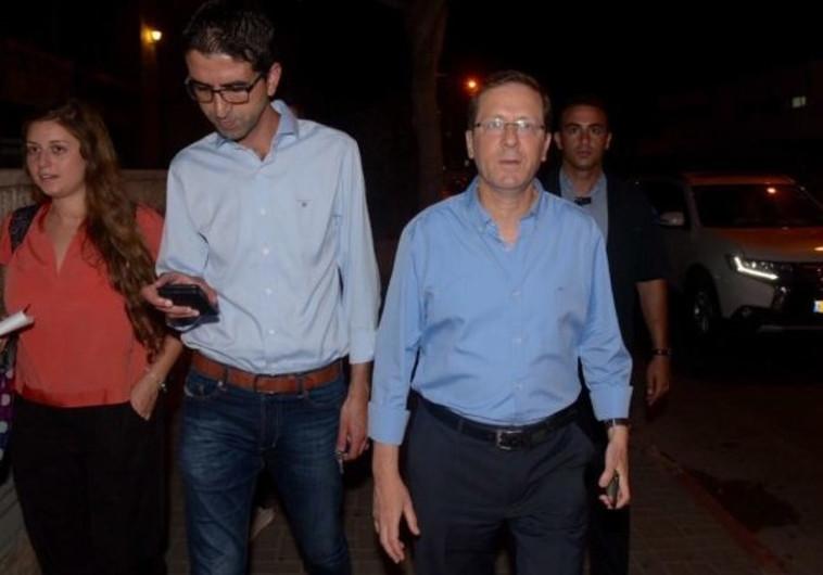 יצחק הרצוג בדרכו למטה מפלגת העבודה עם פרסום התוצאות. צילום: אבשלום ששוני