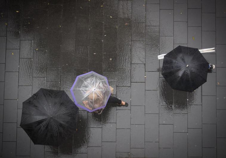 """לאחר סופ""""ש חמים: הגשם חזר ויימשך במהלך השבוע"""