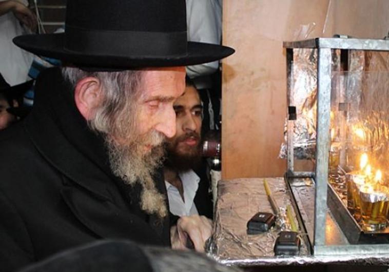 """הרב שטיינמן ז""""ל מדליק נרות חנוכה. צילום: בעריש פילמר"""