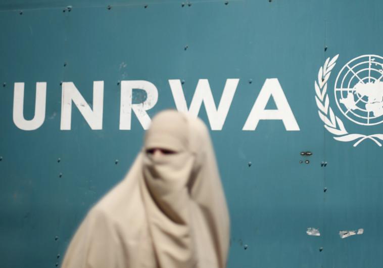 """אישה פלסטינית ליד מטה אונר""""א בעזה"""