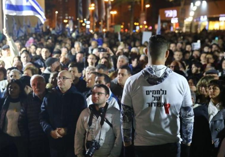 הפגנה באשדוד נגד סגירת עסקים בשבת. צילום: לירון מולדובן