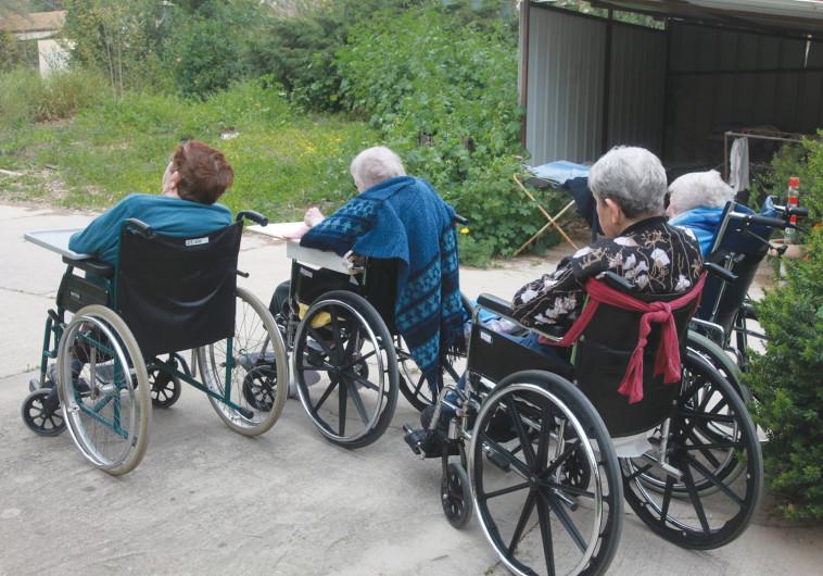קשישים סיעודיים על כסאות גלגלים