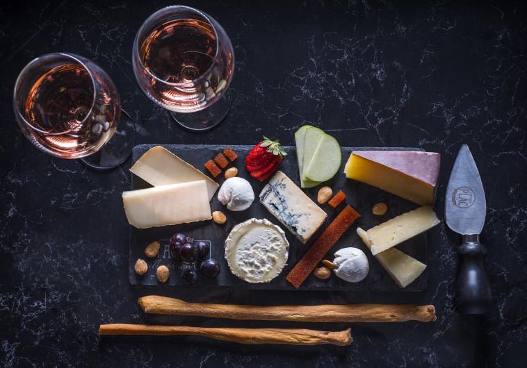 לא על היין לבדו: איך להתאים גבינות לאירוח המושלם