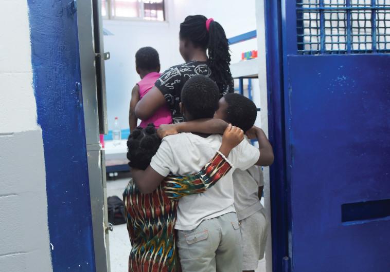 האם הניגרית וילדיה בכלא גבעון, צילום: אבשלום ששוני