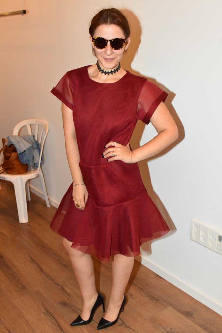 מורן מזור בשמלה אדומה. טוב, אדום יין