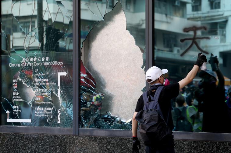 מפגין בהונג קונג. צילום: רויטרס