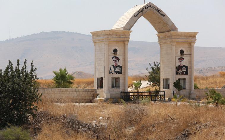 """מעבר הגבול ל""""אי השלום"""", בקעת הירדן. צילום: אריאל בשור"""