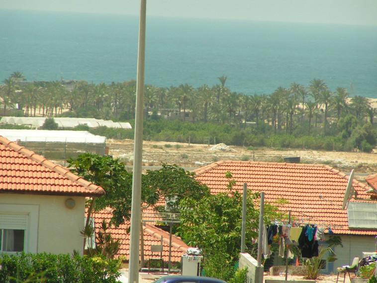 חופי עזה נשקפים מהבתים של נווה דקלים. צילום: מתניה אליקים
