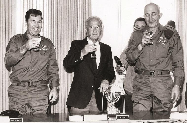 משה לוי (מימין) עם שר הביטחון רבין ודן שומרון. צילום: אבי שמחוני, במחנה