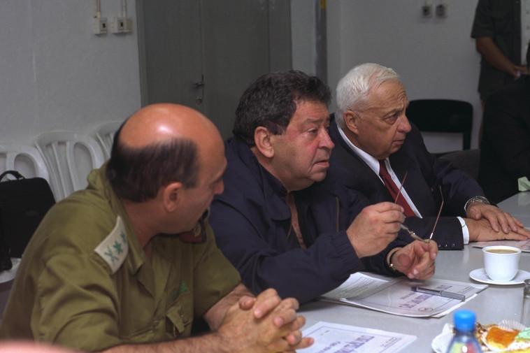 בנימין בן אליעזר עם ראש הממשלה אריאל שרון והרמטכ''ל שאול מופז, 2001. צילום: אבי אוחיון, לע''מ