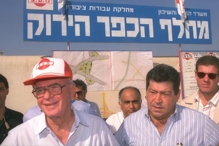 שר השיכון בנימין בן אליעזר עם ראש הממשלה יצחק רבין. צילום: אבי אוחיון, לע''מ