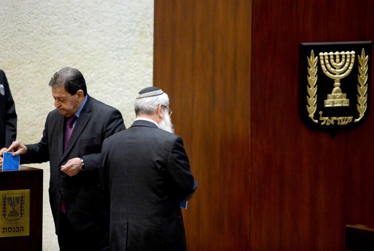 בן אליעזר מצביע בבחירות לנשיאות. צילום: פלאש 90