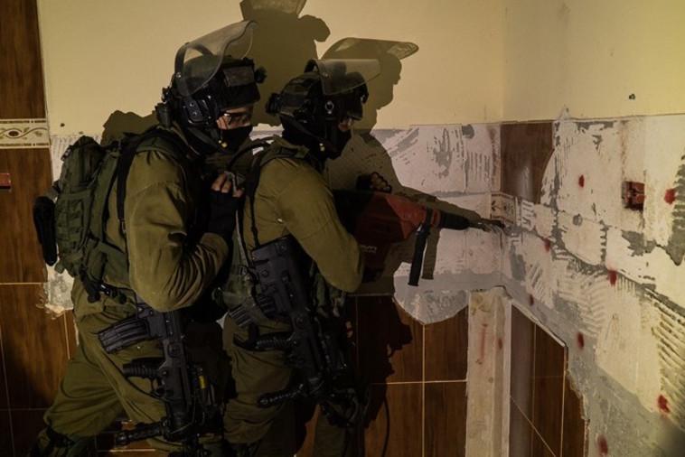 """כוחות צה""""ל פועלים להריסת בית המחבל בדורא. צילום: דובר צה""""ל"""