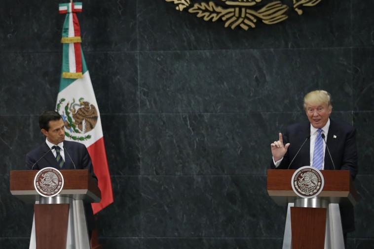 דונלד טראמפ ונשיא מקסיקו אנריקה פנה נייטו במסיבת העיתונאים. צילום: רויטרס.