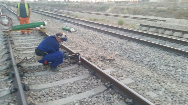 """""""רגע השפל של נתניהו"""", פירוק מסילת הרכבת בין תל אביב להרצליה. צילום: רכבת ישראל."""