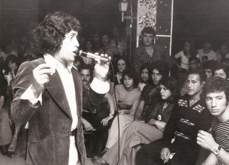 נסים סרוסי בהופעה בשנת 1975. צילום: יצחק ישמח