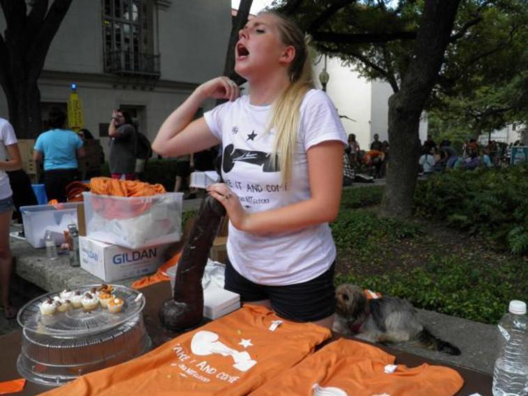 סטודנטית במחאת צעצועי המין באוניברסיטה בטקסטט. צילום:? רויטרס.
