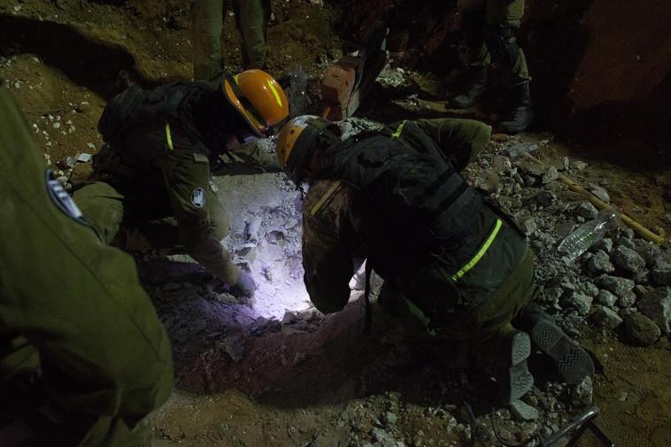מנסים לאתר ניצולים באתר קריסת החניון ברמת החייל בת''א. צילום: דובר צה''ל
