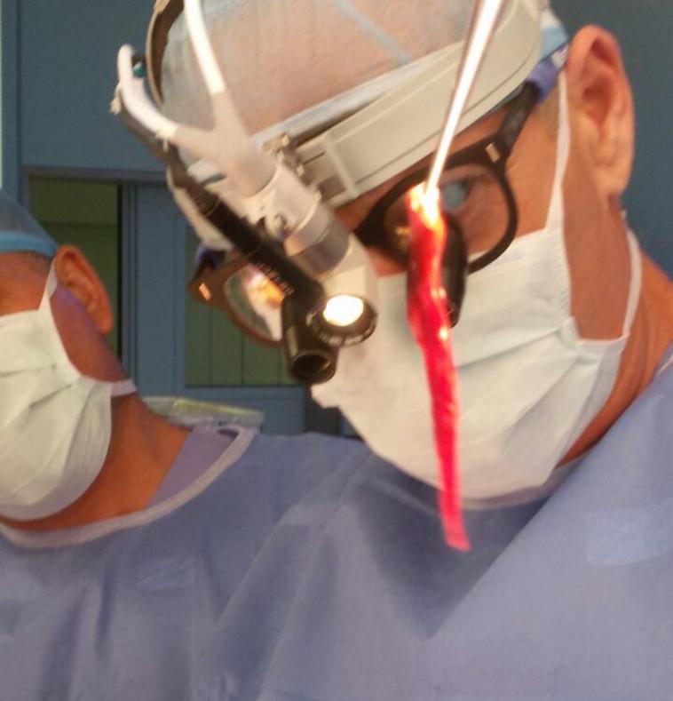 ד''ר אלדד ארז עם קריש הדם שהוציא מראותיו של אמיר ראדה זאלבני. צילום: המרכז הרפואי הדסה.