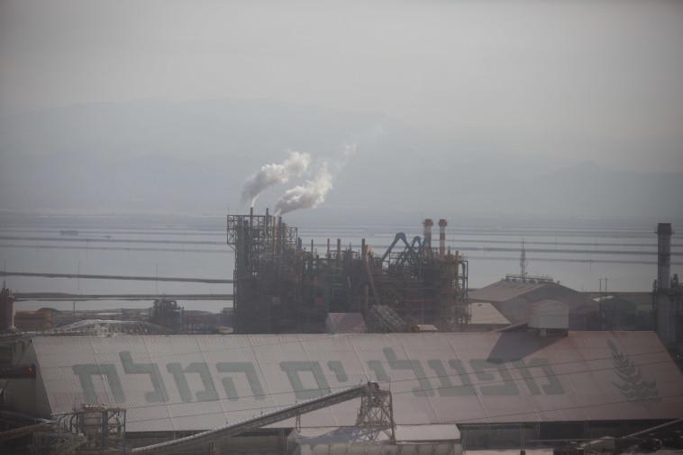 בראש הרשימה עם 3,000 שקלים שי לחג. מפעלי ים המלח. צילום: ליאור מזרחי, פלאש 90