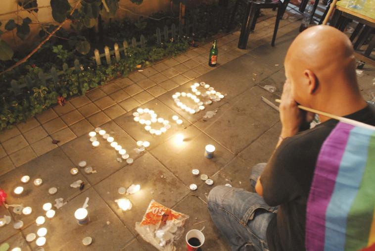 מדליקים נרות בבר נוער לאחר הרצח. צילום: גיל יער