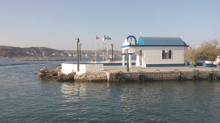 מצטלמת נפלא. כנסייה בחוף פליראקי. צילום: מאיר בלייך