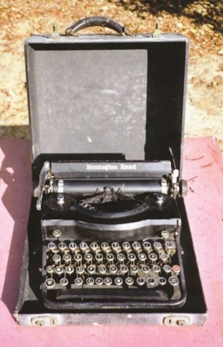 """""""הייתי נרדם לקול הקלדות מכונת הכתיבה"""", מכונת כתבה רמינגטון"""
