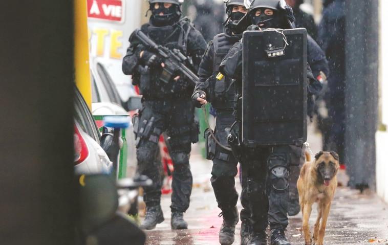 כוחות הביטחון הצרפתים בסריקה. צילום: רויטרס