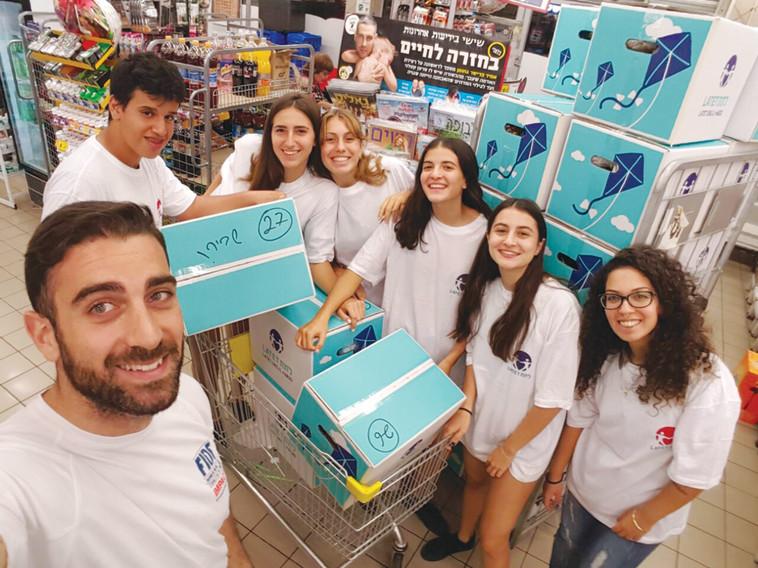 מתנדבים במבצע לחלוקת מזון. צילום: ארגון לתת