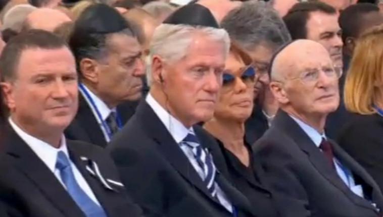 נשיא ארה''ב לשעבר ביל קלינטון לצד יושב ראש הכנסת יולי אדלשטיין. צילום: AFP