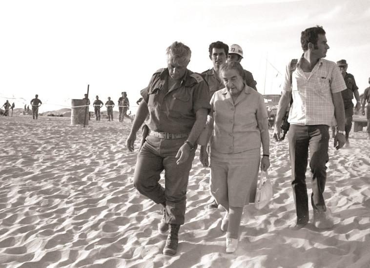 גולדה מאיר ואריק שרון בסיני במלחמת יום כיפור. צילום: רויטרס