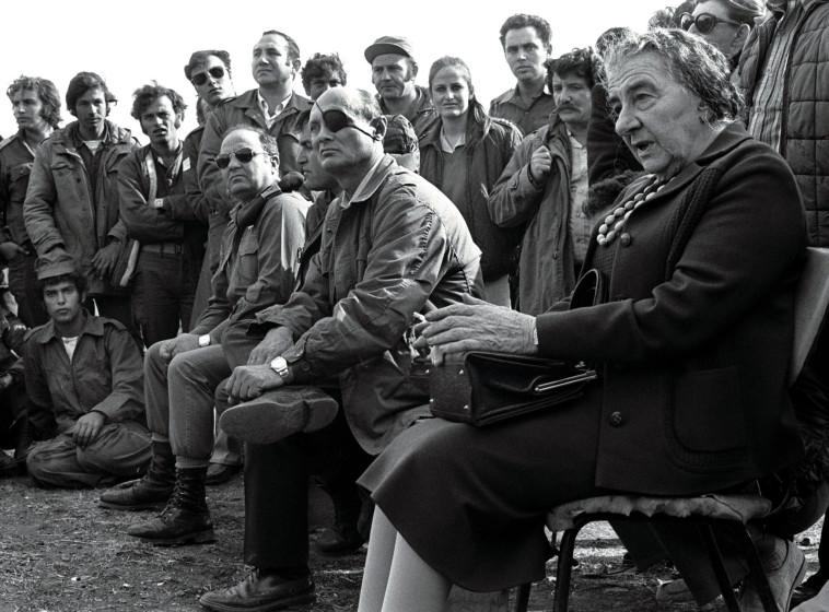 גולדה מאיר ומשה דיין עם חיילים בגולן במלחמת יום כיפור. צילום: רויטרס
