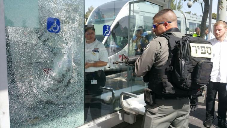 חלון הרכבת הקלה בירושלים, לאחר הפיגוע מול המטה הארצי. צילום: דוברות איחוד הצלה