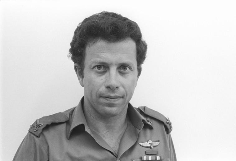 """יוסי בן חנן, אותו חילץ יוני נתניהו ז""""ל. צילום באדיבות ארכיון צה""""ל ומשרד הביטחון"""