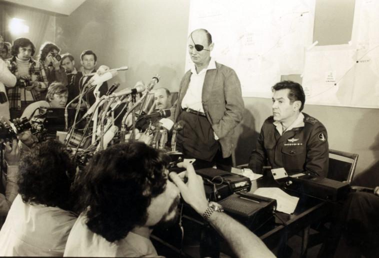 דוד אלעזר ומשה דיין במהלך מלחמת יום הכיפורים. צילום: ארכיון במחנה