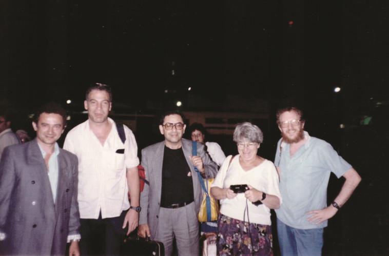 אריאל (שני משמאל) ועציון (מימין) בשנות ה-90. צילום: הארכיון המשפחתי של יהודה עציון