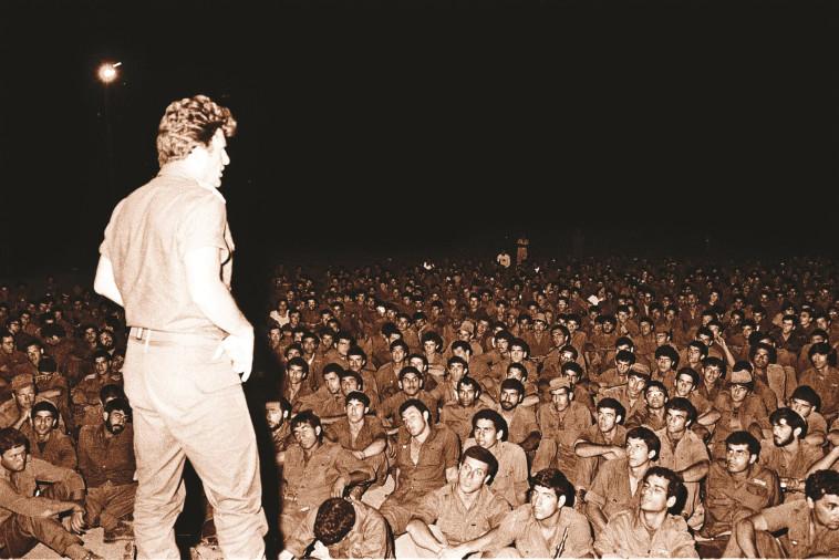 יורם (ייה) יאיר בתדרוך לחיילים במלחמת לבנון הראשונה (צילום: מיקי צרפתי, ''במחנה'')