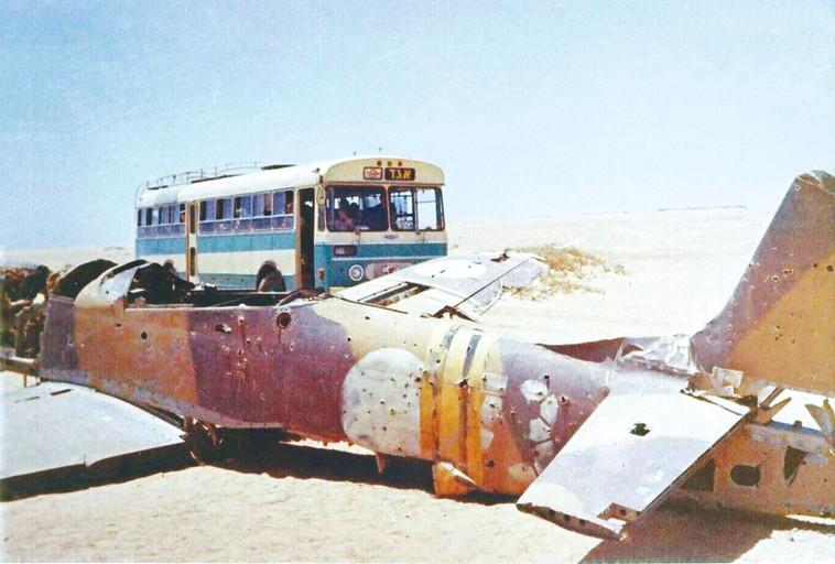 """היה מבקר אותו מדי שנה ביום השחרור. שרידי מטוס המוסטנג של אטקס. צילום: ארכיון היסטורי """"אגד"""" CC BY-2.5"""