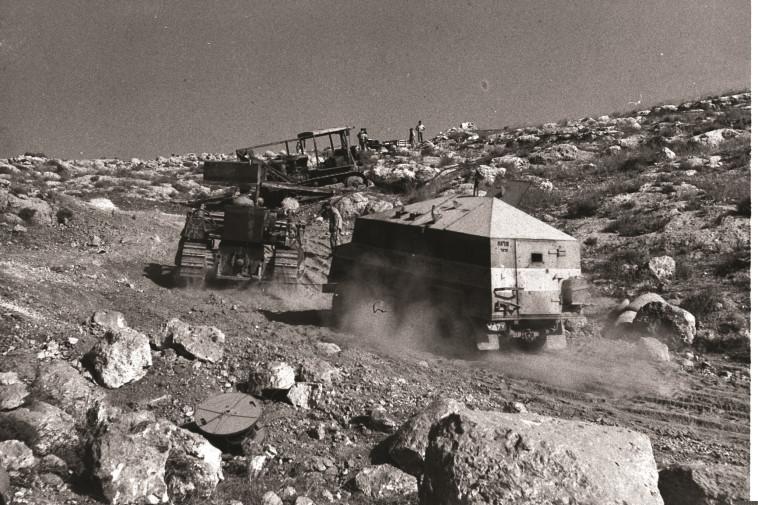 """שיירה בדרך לירושלים. צילום: הנס פין, לע""""מ"""