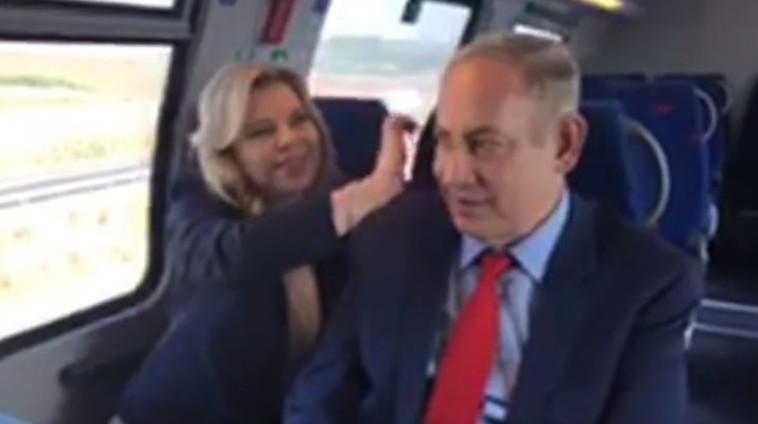 ראש הממשלה בנימין נתניהו ורעייתו שרה חונכים את רכבת העמק. צילום: פייסבוק