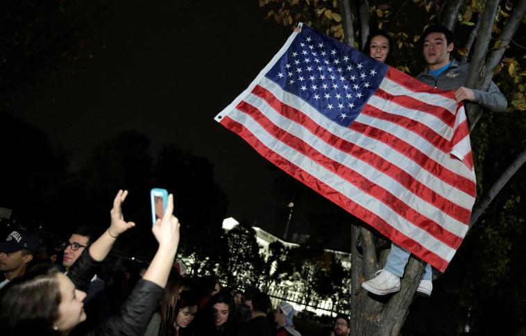 אזרחים אמריקנים חוגגים מחוץ לבית הלבן. צילום: רויטרס