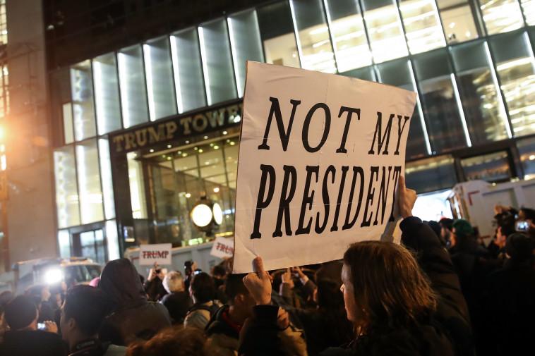 """מפגינים בניו יורק, """"לא הנשיא שלי"""". צילום: גטי אימג'ס"""