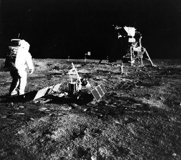 """""""בעזרת חקירתו נוכל להבין טוב יותר את תהליכי היווצרות כדור הארץ"""". הנחיתה  על הירח, 1969. צילום: Neil Armstrong/getty images"""