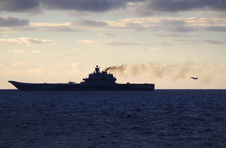 האדמירל קוזנצוב מעלה עשן. צילום: AFP PHOTO/ FORSVARET