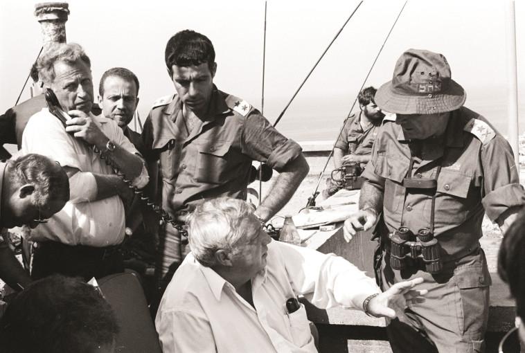 """""""הסיפור הזה התבשל במשך שנה שלמה"""". רפול ושרון במלחמת לבנון הראשונה. צילום: ארכיון צה""""ל ומערכת הביטחון"""