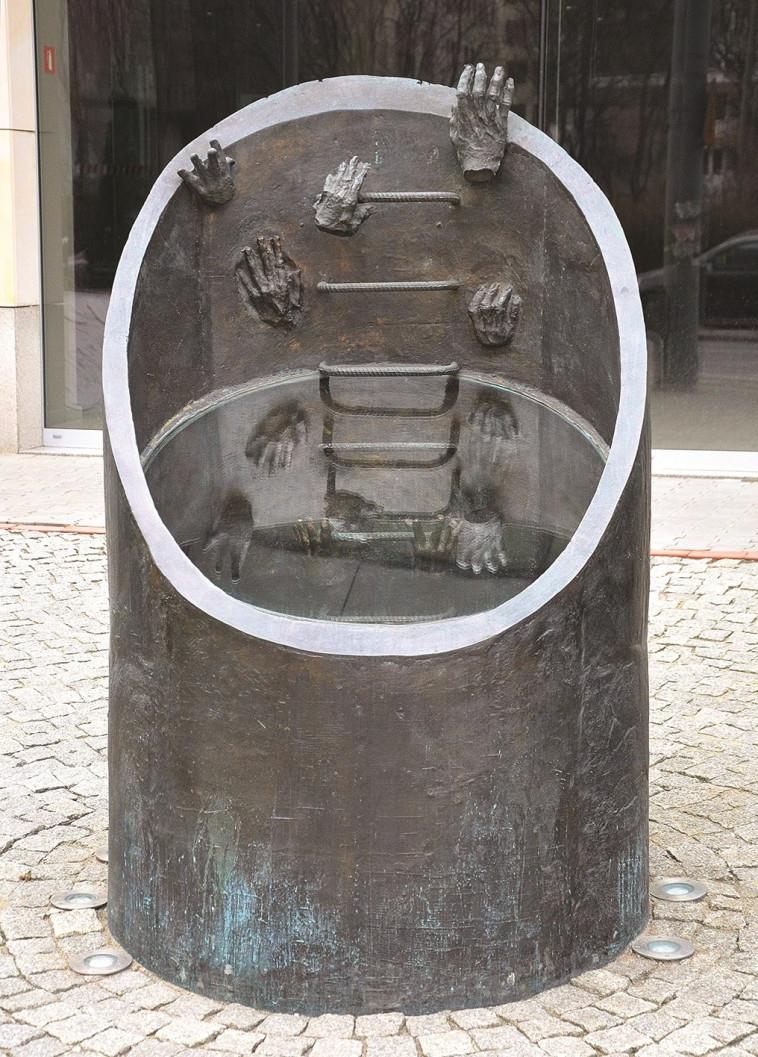 האנדרטה לבריחה דרך תעלת הביוב. צילום: Adrian Grycuk CC BY-SA 3.0