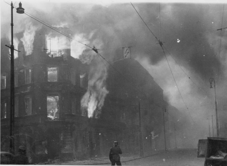 גטו ורשה בוער במהלך המרד